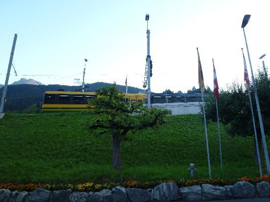 Grindelwald, Switzerland: 湖畔のベンチで