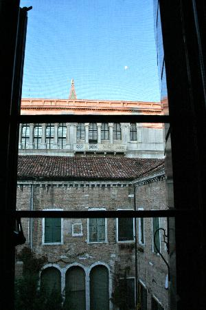 Bed & Breakfast Venice Rooms House: View of the Doge's Palace out of the bedroom window.
