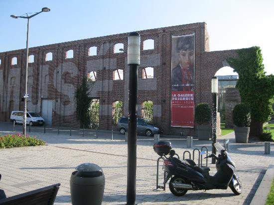 Musée La Piscine : The outside of the museum