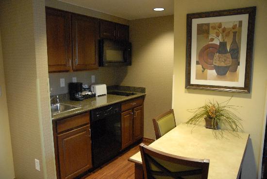 Homewood Suites Denver International Airport: Kitchen Area