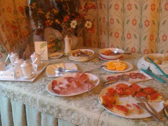 Hotel la Fonte del Cerro Saturnia: Part of the breakfast buffet