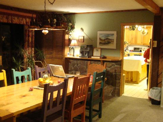 Country Sunshine Bed and Breakfast: Homey dining area for breakfast & desserts.