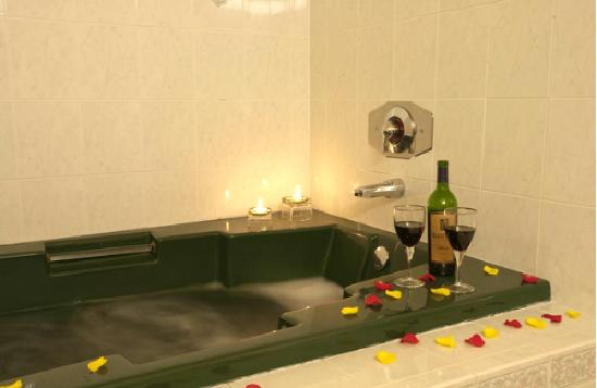 Americas Best Value Inn & Suites - Wine Country: Jacuzzi Bathroom