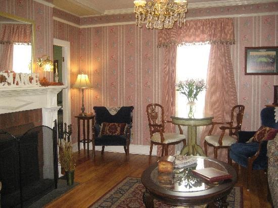 Victorian Ladies Inn: sitting area in entrance of home