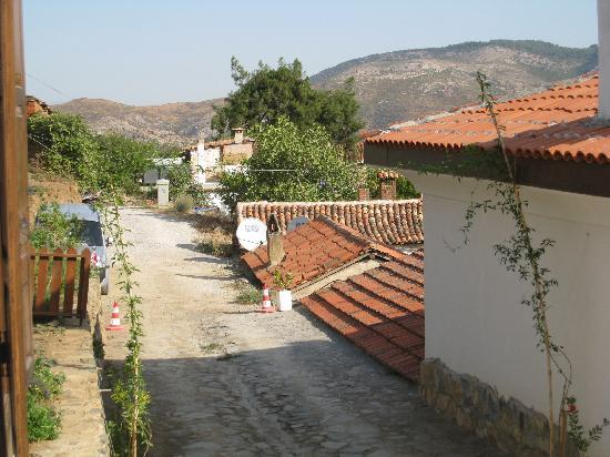 Markiz Konaklari: road leading to hotel