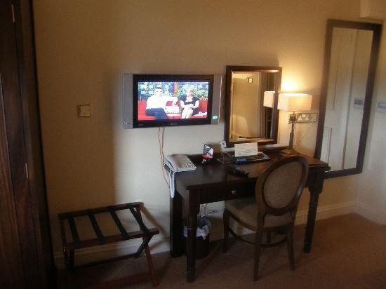 Baileys Hotel Cashel: TV Area & work station