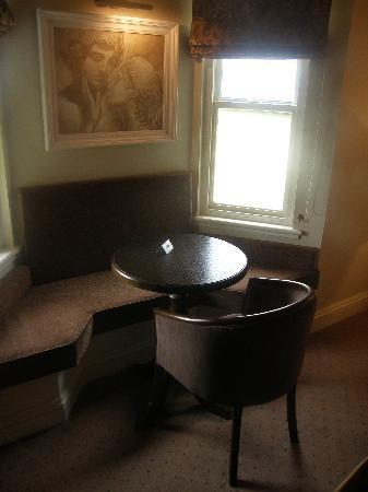Baileys Hotel Cashel: Window seat in a double room
