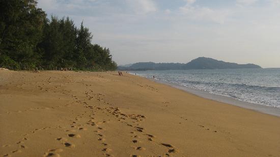 Holiday Inn Phuket Mai Khao Beach Resort : Beach looking towards airport