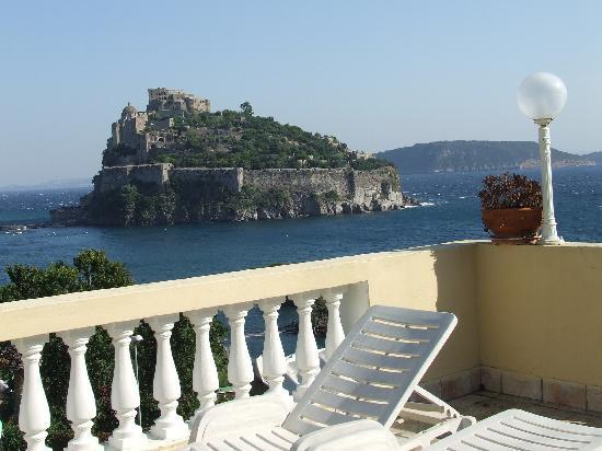 Hotel Giardino delle Ninfe e La Fenice: Il castello Aragonese dalla nostra terrazza.