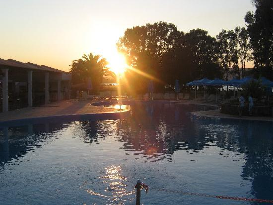 Family Life Kerkyra Golf : sunset view at the pool