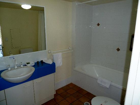 Belaire Place Motel Apartments: Big Bathroom