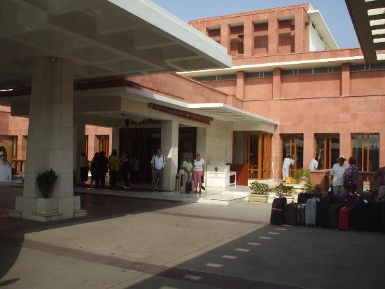 เจย์พีพาเลซ โฮเต็ล & คอนเวนท์ชั่นเซ็นเตอร์ อักกรา: Entrance to hotel