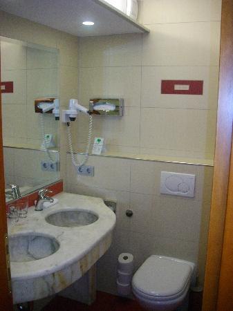 Hotel Santo: Bad mit 2 Waschbecken aber ohne Toilettenpapierhalter