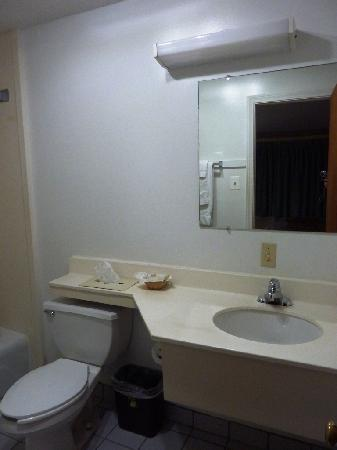 Super 8 Old Saybrook: View of bathroom