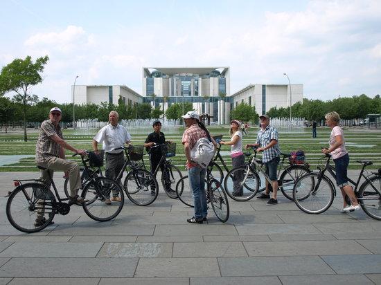 Berlin Bike Tour: Gruppe vor dem Kanzleramt
