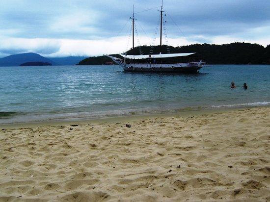 Cataguas Island: Playa de una isla con embarcacion de fondo