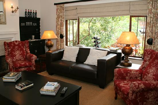 Oak Tree Cottage Guest House: Relax and read the newspaper before work in the communal lounge