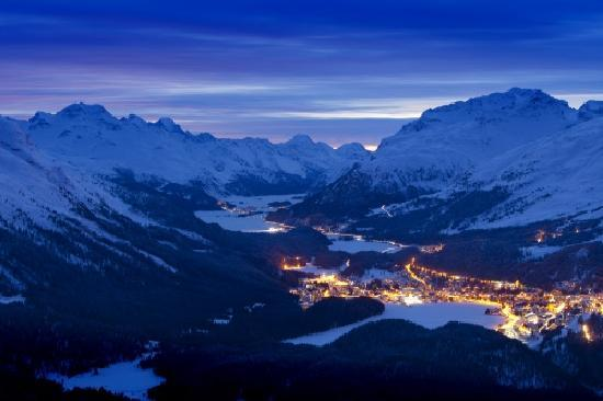 Engadin St. Moritz, Schweiz: Evening up on Muottas Muragl with view of the lights and valley of the Upper Engadin.