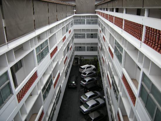 The Embassy Sathorn: La cour et les voitures