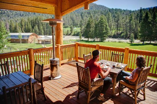 Rainbow Ranch Lodge: Breakfast on the Deck