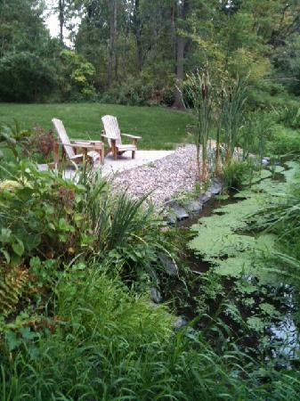 Inn at Blackberry Creek: Relax in the garden