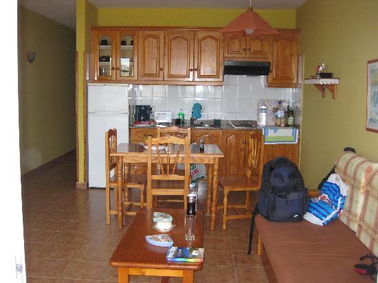 Puerto Naos, España: Küche mit Zugang zum Balkon
