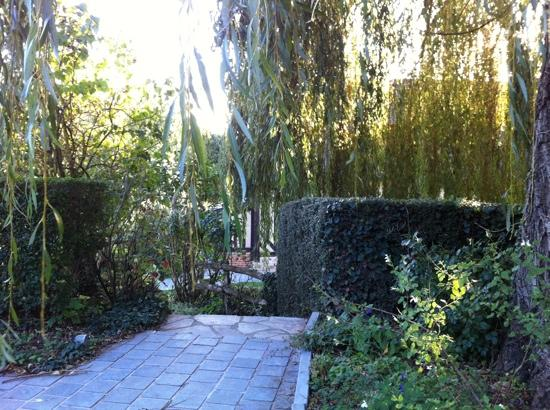 Barneville-la-Bertran, Frankrijk: au pied du saule pleureur , sur la terrasse
