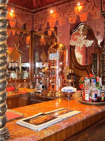 Al Ponte Antico Hotel: The beautiful bar in the dining room.