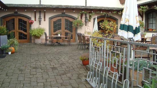 Hotel Gülser Weinstube: the courtyard
