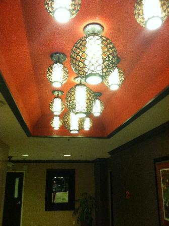 BEST WESTERN PREMIER Nicollet Inn: Lighting by the elevator