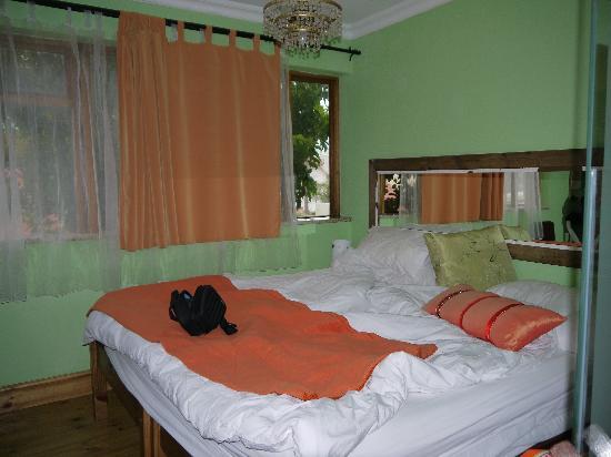 Sweet Orange Guest House: Großes Doppelbett mit sonst wenig Platz