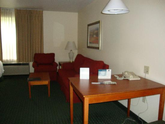 TownePlace Suites Bloomington: Dining Table