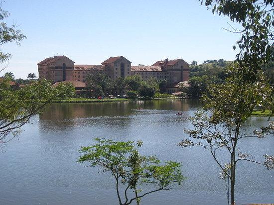 Araxá, MG: Vista do lago do hotel
