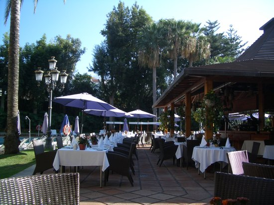 Hotel Botanico & The Oriental Spa Garden: Dining by the pool