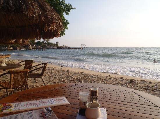 La Plage Hook's Hut : Beach-front dinner