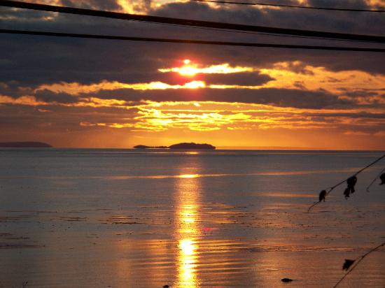 Heron's Landing Hotel: Sunrise over Campbell River, BC