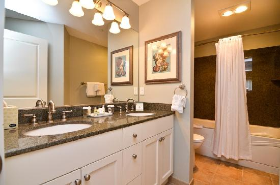 Rivertide Suites: Bathroom with jetted tub