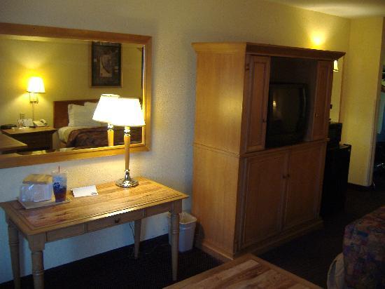 Rodeway Inn: desk/tv