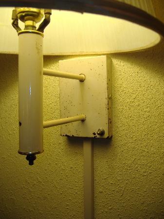 Rodeway Inn: old, dirty lamp