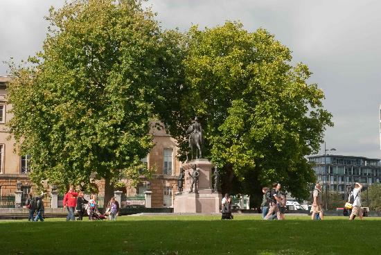 Duke of Wellington Statue: Great statue in amongst the lovely trees