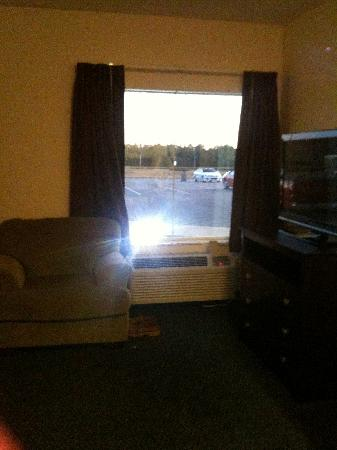 Greystone Inn & Suites: comfy chair and TV