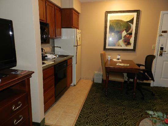 Homewood Suites Seattle - Tacoma Airport / Tukwila: Kitchen/Dining Area