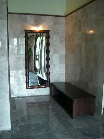 Suara Air Luxury Villa Ubud: Part of the bathroom too