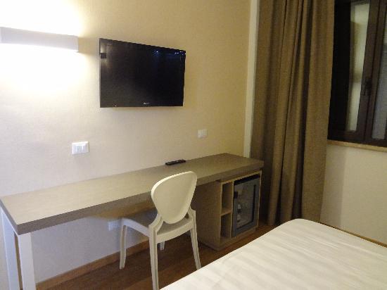 Hotel Napoleon : desk, tv and mini bar area