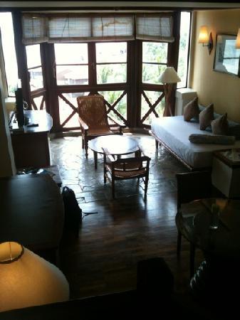 โรงแรมเอวิลเลียน: separate living room with full seaview