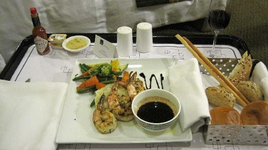 โนโวเทล มุมไบ จูฮู บีช: Main course - Grilled prawns with veggies.