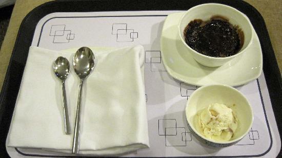 โนโวเทล มุมไบ จูฮู บีช: Dessert - Hot chocolate fudge with icecream.