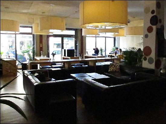 Five Elements Hostel Frankfurt: Great mall, fast WiFi-internet, good mix of rock and jazz-music, relaxed atmosphere.