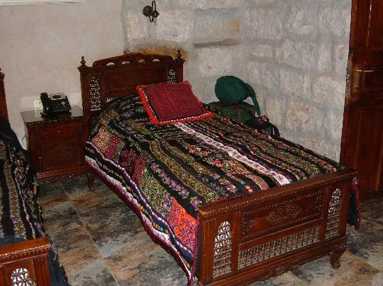 Jerusalem Hotel: Lovely handmade coverlet on twin bed