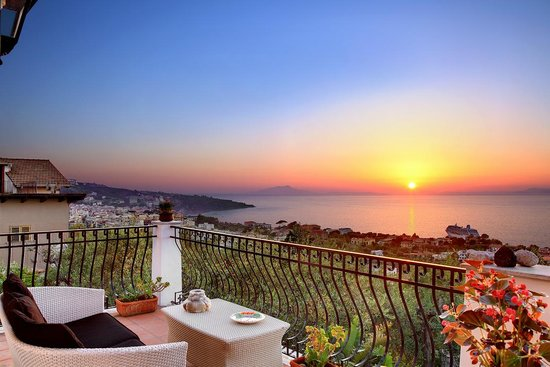 M Suites Sorrento: Ulivo Terrace at Sunset